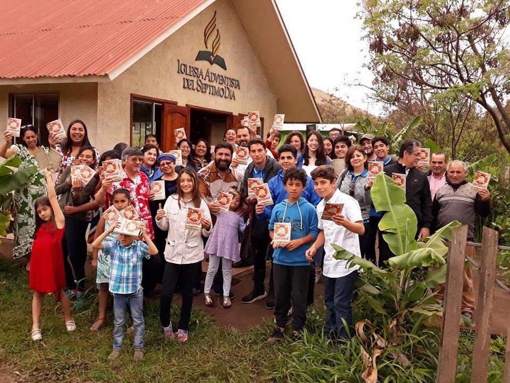 Участники миссионерской поездки из адвентистской Школы Porvenir в Сантьяго, Чили, во время миссионерского проекта на острове Пасхи, с членами единственной общины Адвентистов седьмого дня в этом отдаленном месте. [Фото: Новости Южно-Американского дивизиона]