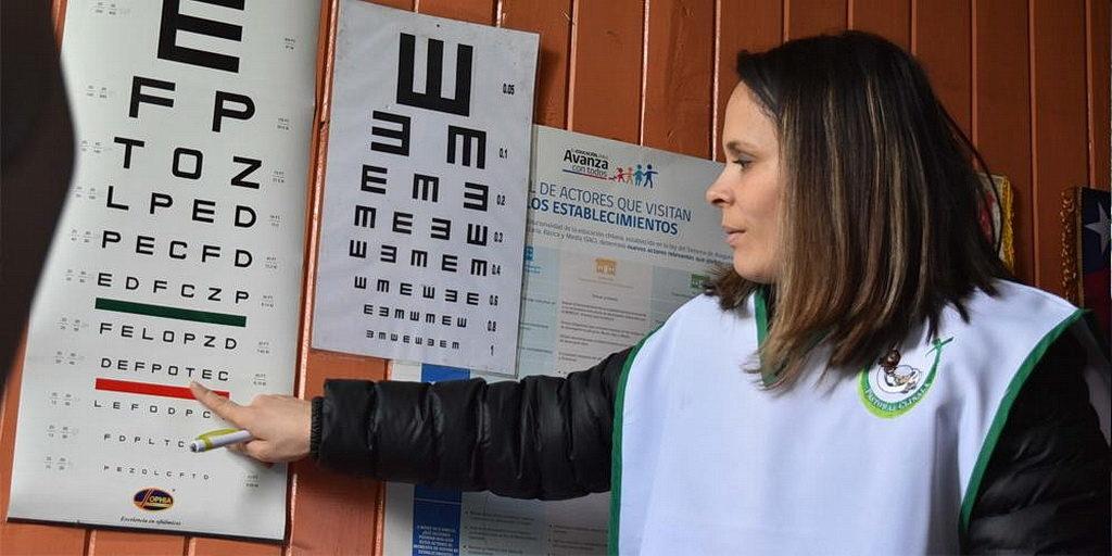 Офтальмологические обследования были среди бесплатных услуг, предоставленных волонтерами из адвентистской Клиники Лос Ángeles в Мелипеуко, Чили. [Фото: Новости CLINALA]