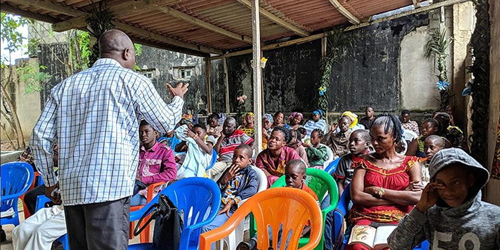 Многие общины Адвентистов седьмого дня в Кот-д'Ивуаре испытывают недостаток в церковных зданиях. Религиозные лидеры надеются, что с помощью Maranatha Volunteers International, члены церкви скоро будут иметь новые здания. [Фото: Новости Maranatha Volunteers International]