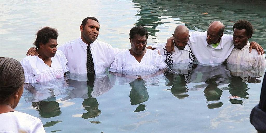 Секретарь Миссии Вануату Чарли Джимми с некоторыми людьми крещенными после евангельской программы в Эмуа, Эфате, Вануату. [Фото: Adventist Record]