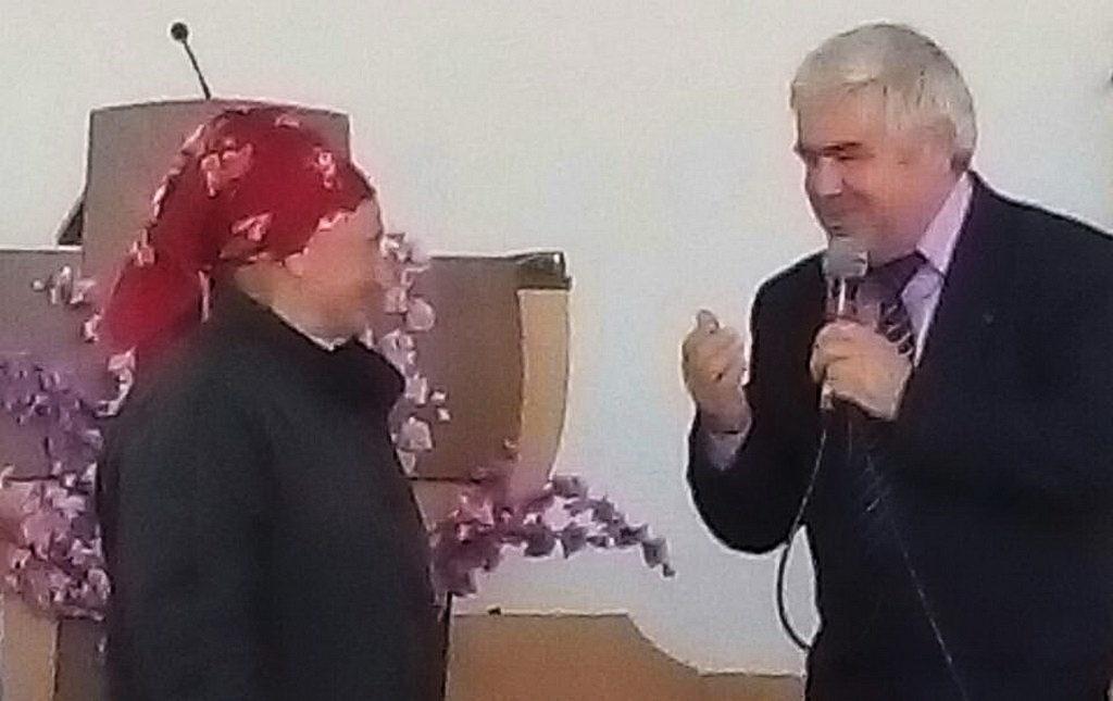 Таисию Шумакову поздравляет пресвитер Ярослав Гунько