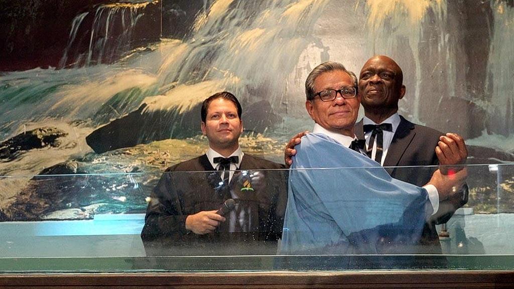 Исраэль Леито (справа), недавно вышедший в отставку президент Интер-Американского дивизиона, готовится крестить мексиканского бизнесмена Хорхе Молину в Скинии Батл-Крика в Батл-Крике, Мичиган, Соединенные Штаты, 13 октября 2018. [Генри Стобер, адвентистская Сеть новостей]