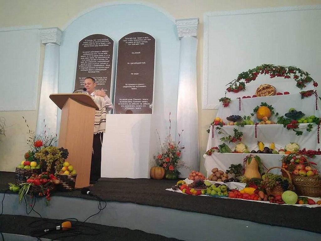 На торжественном служении никопольчане знакомились с историей праздника жатвы