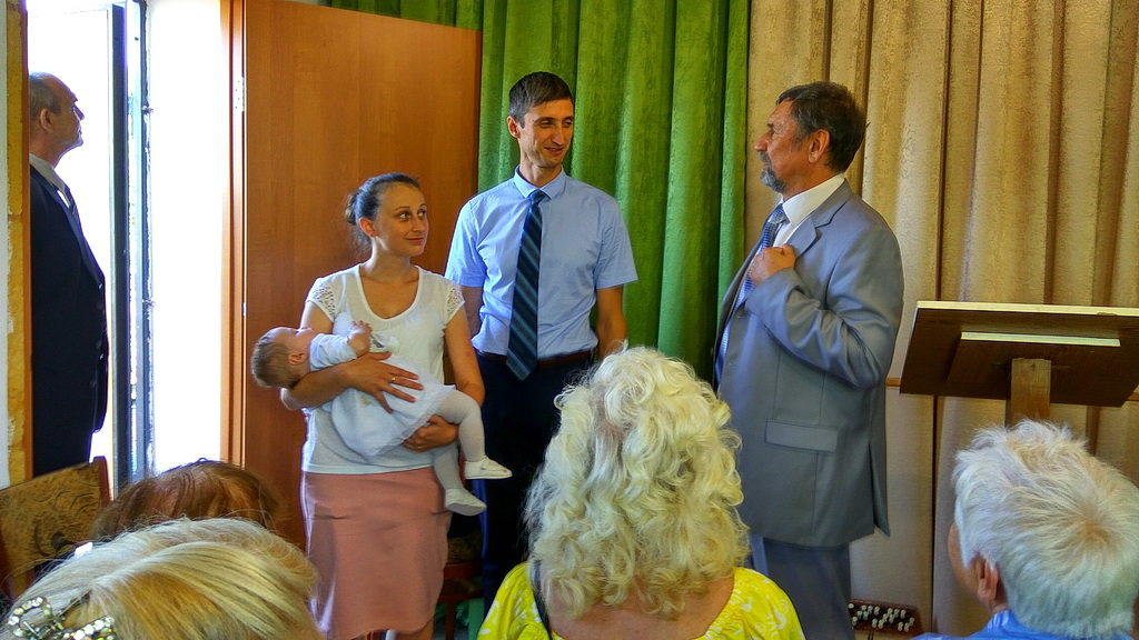 Сергей Молчанов беседует с семьей Кобринюк перед рукоположением