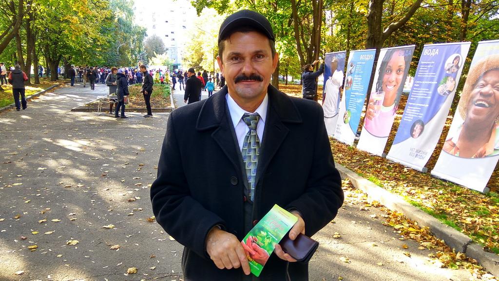 Пастор Геннадий Кузнецов у стендов Выставки здоровья на городском празднике Урожая