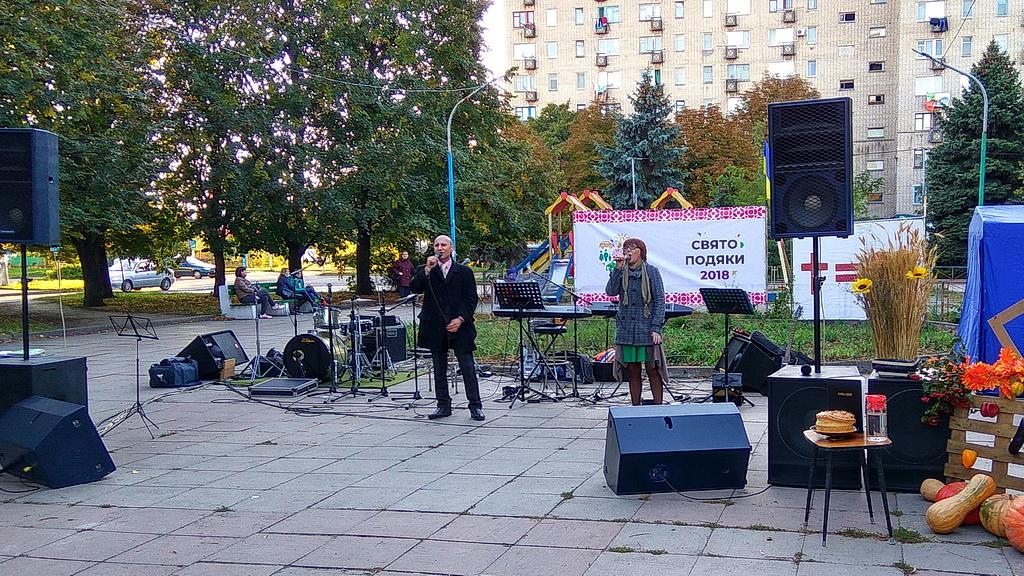 Алина Федирко и Валерий Устинов поют на городском Дне благодарения