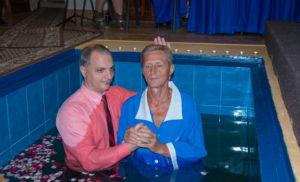 Пастор Руслан Симоненко крестит брата