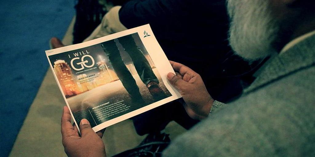 Член Годичного Совещания, рассматривает проект Стратегического плана Церкви адвентистов седьмого дня 2020-25, «Я пойду», во время презентации в Батл-Крике, штат Мичиган, 15 октября 2018 года. [Фото: Ричард Константинеску]