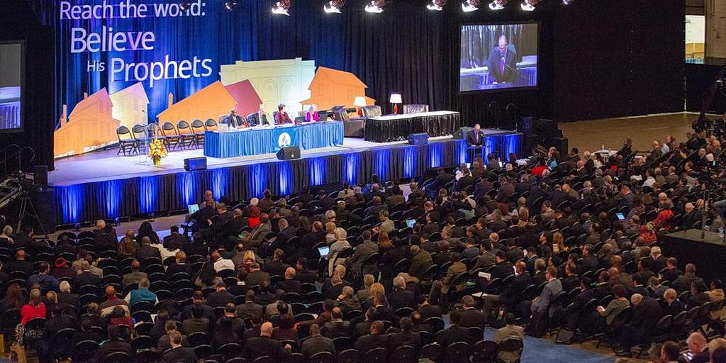 Делегаты, сидящие на арене, начали прислушиваться к дневным обсуждениям на заседании Исполнительного комитета Генеральной конференции в Батл-Крике, штат Мичиган, США. [Брент Хардинг /Адвентистская Сеть Новостей]