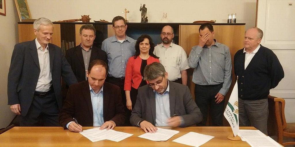 Президент Венгерского союза Тамаш Осиай и президент КЕРАК Янош Цербер подписывают Совместную декларацию в апреле 2015 года. [Фото: Новости Транс-Европейского дивизиона]