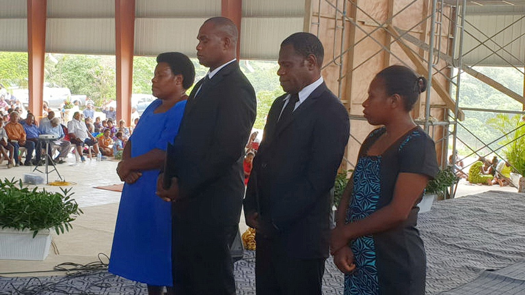 Кандидаты на рукоположение и их жены во время специального богослужения 3 ноября 2018 года в новом адвентистском Центре Влияния в Порт-Виле, Вануату. Около 3000 членов церкви и посетителей присутствовали на церемонии. [Фото: Adventist Record]