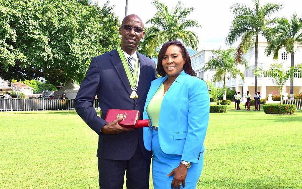 Пастор Эверетт Браун, президент адвентистской церкви на Ямайке, со своей женой после получения национальной премии от Генерал-губернатора Ямайки в Доме Короля, в Кингстоне, Ямайке, 15 октября 2018. [Фотография: Филип Кастелл, Унионная конференция Ямайки]