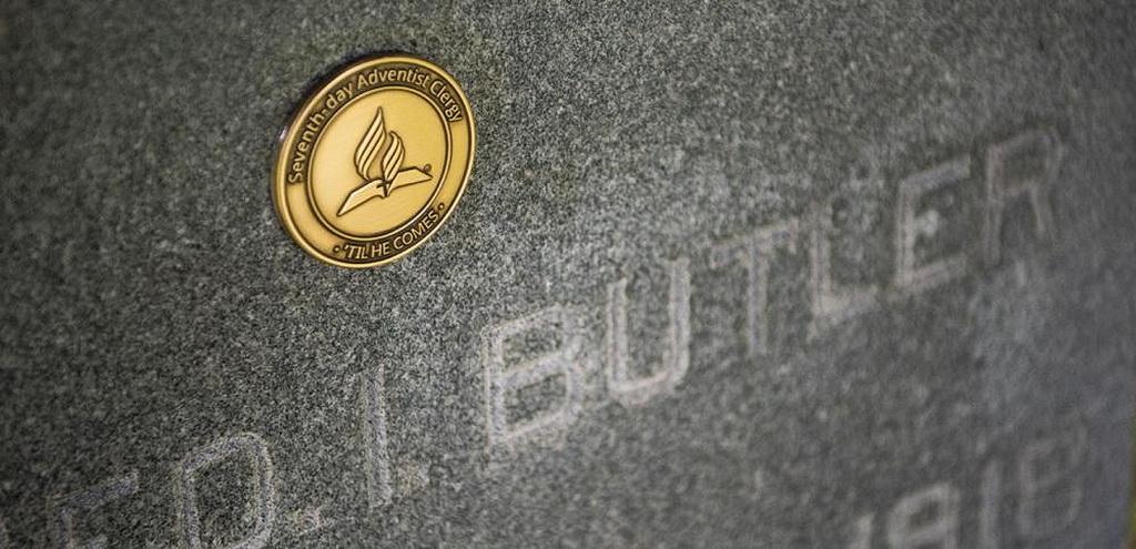 Памятный медальон священнослужителей, прикрепленный к надгробию Джорджа И. Батлера в Боулинг-Грин, Флорида, США. Батлер был президентом Генеральной конференции два срока (1871-1874 и 1881-1888). [Фото: Р. Стивен Норман III]