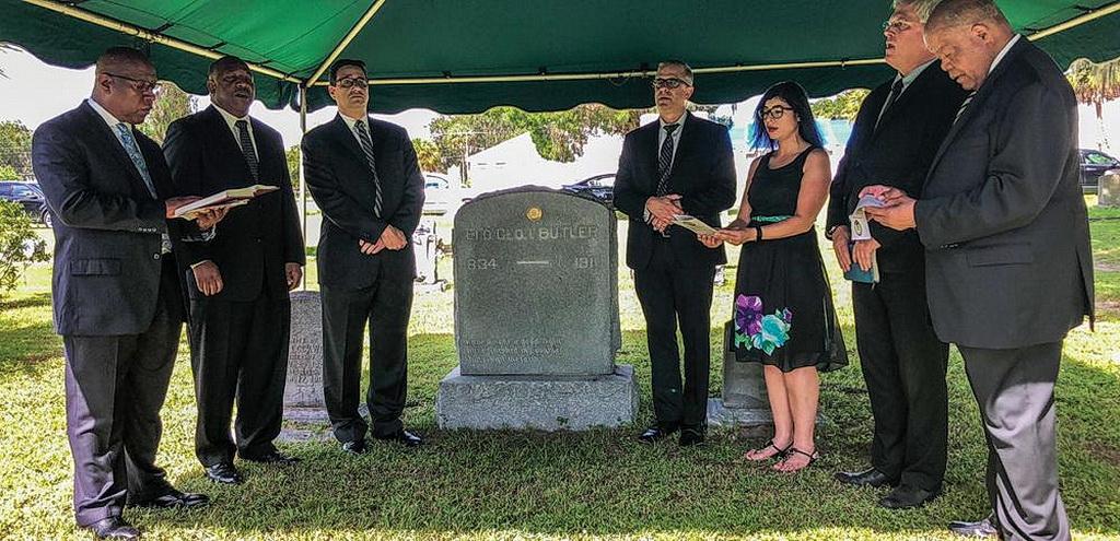 Кларенс Райт (слева) лидирует в пении «У нас есть эта надежда», после того как Роджер Эрнандес прикрепил медальон «Памятный медальон адвентистов седьмого дня» на надгробии Джорджа И. Батлера в Боулинг-Грин, штат Флорида, США, 28 августа 2018 года. [Фото: Кристофер Томпсон]