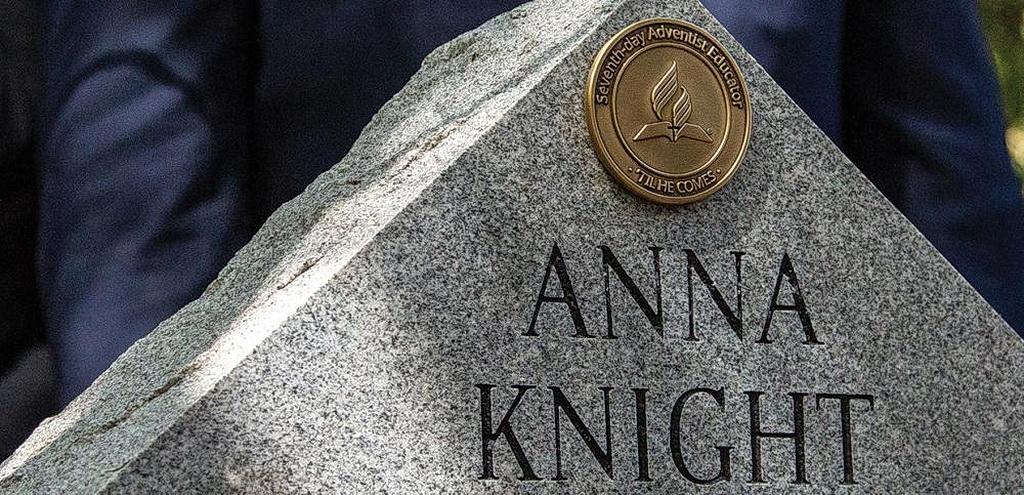 Надгробный камень педагога пионера Адвентистов седьмого дня Анны Найт, на котором виден Памятный Медальон Педагога. [Фотография: Р. Стивен Норман III]