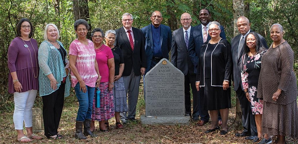17 сентября 2018 года группа преподавателей и руководителей адвентистов седьмого дня посетила служение установки мемориального медальона для Анны Найт в Сосо, штат Миссисипи, США. [Фото: Рональд Генри]