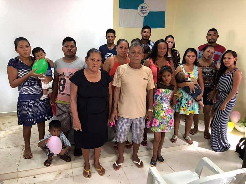 Местный фермер Раймундо Андраде и его жена Эумарина с их большой семьей. Многие в семье Андраде были крещены в Итапуру, Бразилия, в результате служения Плавающей Церкви. [Фото: Алекс Симфес, Новости южноамериканского дивизиона]