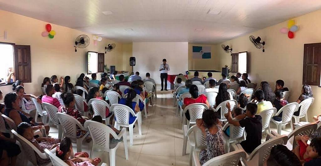 Недавне посвящение одной из новых адвентистских церквей в регионе Амазонки, которая была организована в результате работы Плавающей церкви на реке Амазонка на северо-западе Бразилии. [Фото: Алекс Симфес, Новости южноамериканского дивизиона]