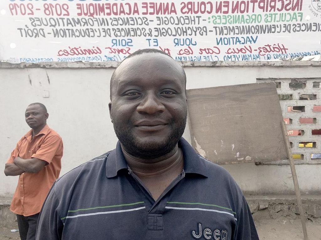 Врач-адвентист Джек Кавале, который дал Патрику Кайену Омугамею 50 долларов США, чтобы начать свой первый бизнес. [Фото: Эндрю МакЧесни, Адвентистская Миссия]