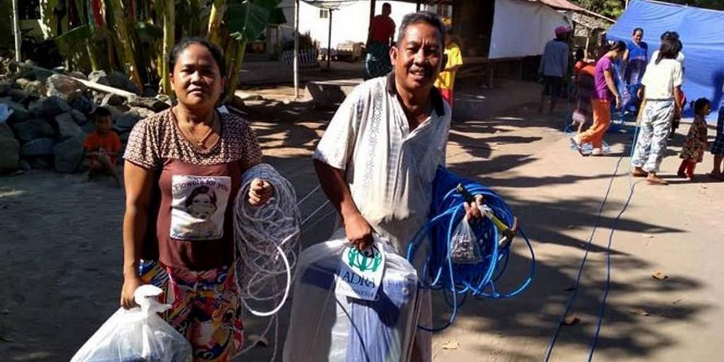 Пара получает предметы первой необходимости от ADRA Индонезия, которые помогут им начать восстановление после смертельного цунами, в котором погибли сотни и перемещены тысячи людей в западной Индонезии 22 декабря 2018 года. [Фото: ADRA Индонезия]