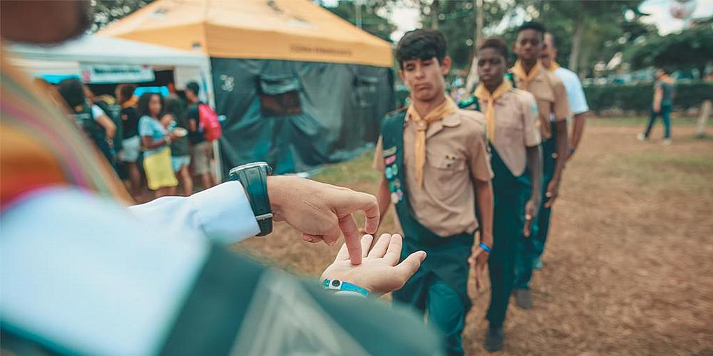 Преподаватель клуба Следопытов Маранафа в Нова Игуасу использует язык жестов, чтобы отдавать команды участникам с нарушениями слуха. [Фото: Наассом Азеведо, Новости Южноамериканского дивизиона]