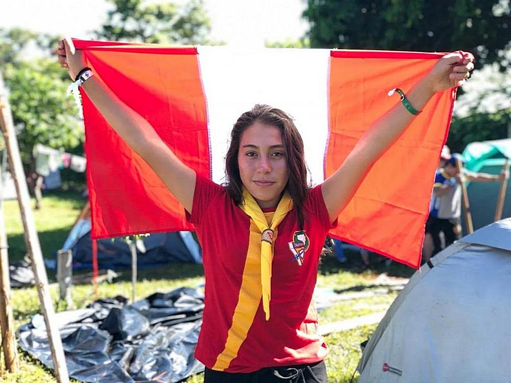 Жаклин, следопыт из Перу, держит флаг своей страны, в то время когда она и ее коллеги-следопыты разбивают свои палатки за день до начала пятого съезда Следопытов Южноамериканского дивизиона в Барретосе, штат Сан-Паулу, Бразилия, 7 января 2019 года. . [Фото: Дейлер Васкес, Новости Южноамериканского дивизиона]