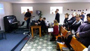 Музыканты из первой общины аккомпанируют общему пению