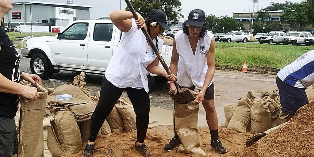 Добровольцы АДРА заполняют мешки с песком в северном Квинсленде, Австралия, где наводнение в начале февраля 2019 года затронуло Таунсвилл и другие районы. [Фото: Ванесса Данбар, Adventist Record]
