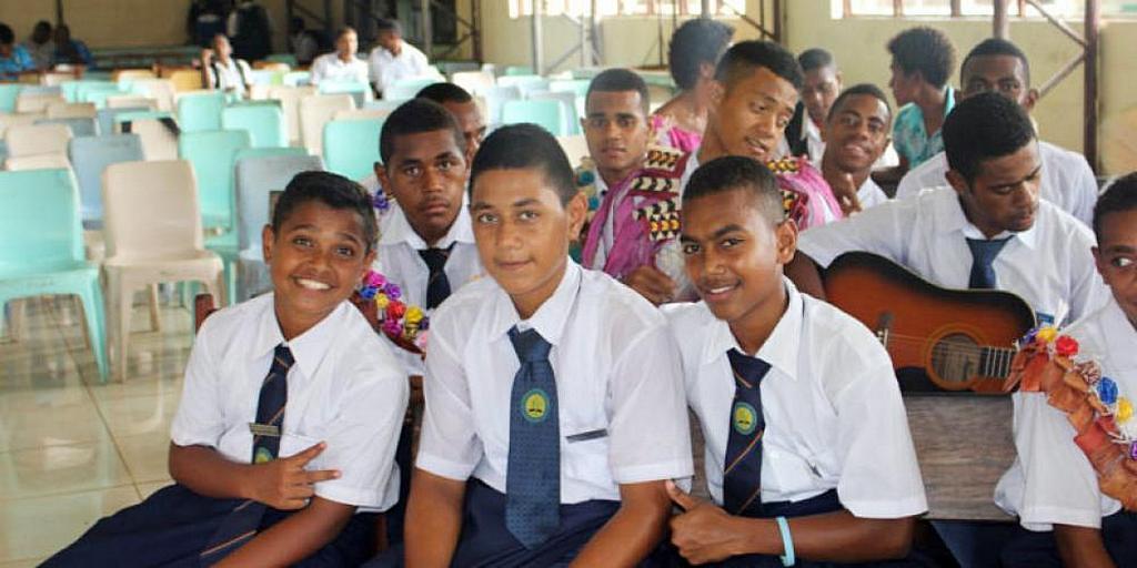 Ученики средней школы адвентистов Навесау в Тайлеву, Ра, Фиджи. Школа решила перейти на частную форму собственности, чтобы сохранить свою адвентистскую идентичность. [Фото: Adventist Record]