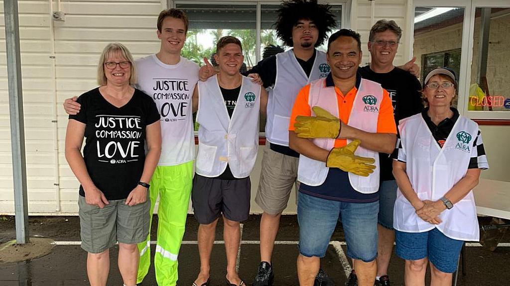Добровольцы АДРА, которые помогали заполнять мешки с песком для борьбы с наводнениями в Квинсленде, Австралия, 3 февраля 2019 года. [Фото: Ванесса Данбар, Adventist Record]