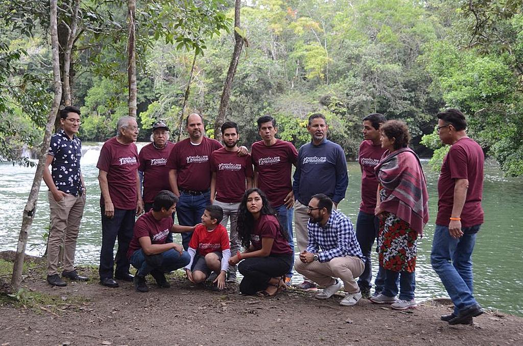 Часть группы студентов и добровольцев из Университета Монтеморелос, которые работали над завершением строительства нового здания адвентистской церкви Бетеля в начале декабря 2018 года. [Фото: Университет Монтеморелос]