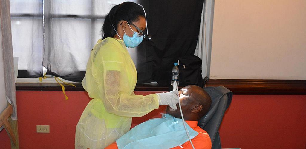 Хирург-стоматолог обследует жителя Сент-Джеймса, Ямайка, во время Проекта Миссии 2019 Выставки Здоровья на Сэм Шарп-Сквер в Монтего-Бее 2 февраля 2019. [Фото: Найджел Кокс, Новости Интерамериканского дивизиона]