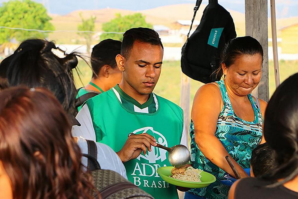Добровольцы АДРА раздают горячую еду венесуэльским беженцам из числа коренных народов, которые в последние дни пересекли границу с Бразилией. [Фото: новости Южно-Американского дивизиона]