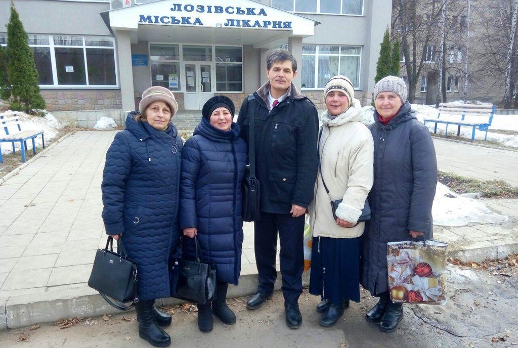 Члены Лозовской церкви посещают больных в городской больнице