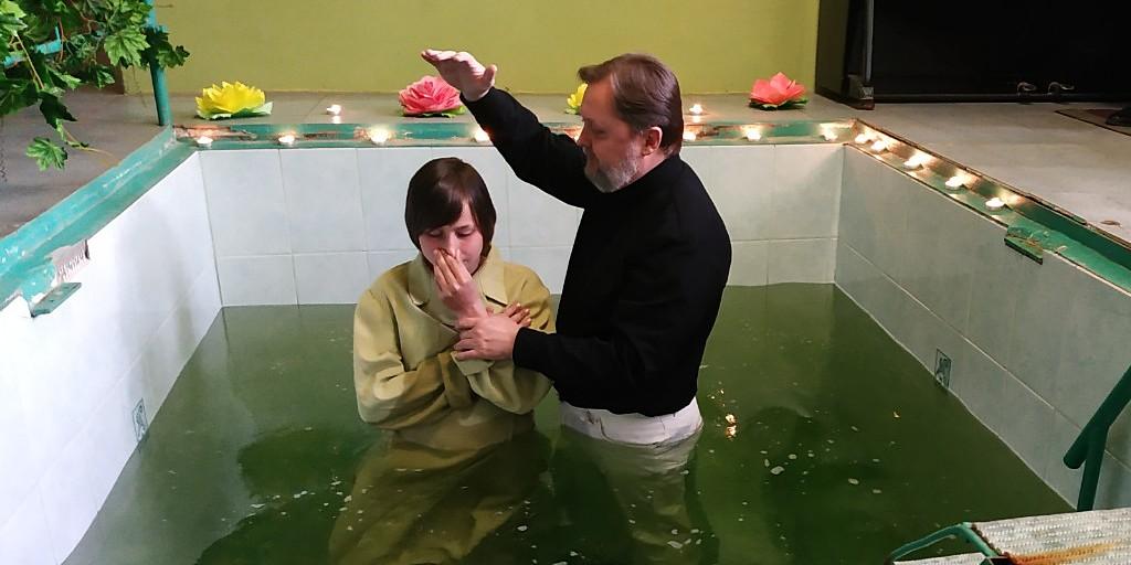 Двое следопытов крестились в Никополе