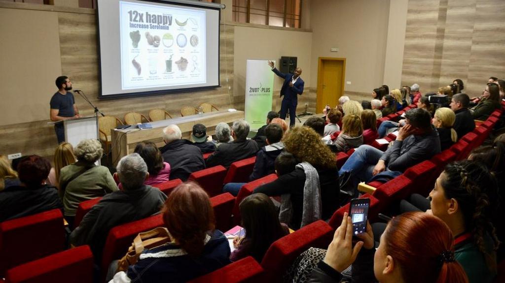 В рамках инициативы «Život Плюс» (Жизнь Плюс) в области здравоохранения, Чиди Нгваба, британский эксперт в области здорового образа жизни, представил доклад о диабете, депрессии и заболеваниях сердца в мэрии Мостара, Босния и Герцеговина. Он объяснил, как изменения образа жизни могут улучшить и полностью изменить здоровье. [Фото: Новости Трансъевропейского дивизиона]