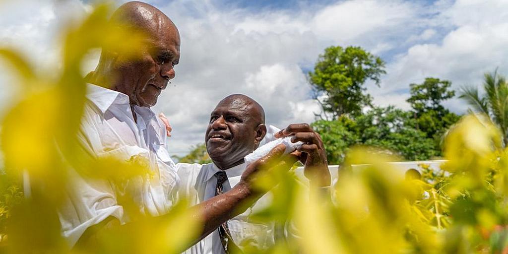 Джон Лиман 23 марта 2019 года крестит заключенного в церкви адвентистов седьмого дня Теумавилля в Вануату. Он был одним из 17 заключенных, которых крестили в тот день. [Фото: Adventist Record]