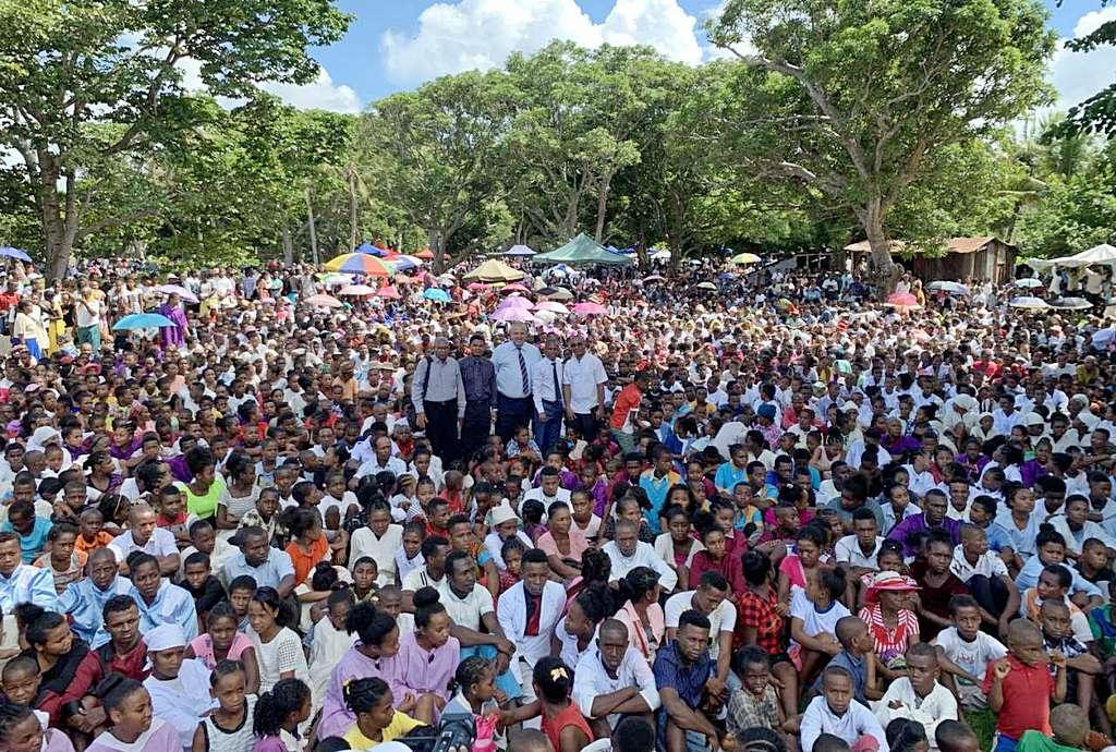 1516 человек были крещены адвентистскими служителями за один день на Мадагаскаре