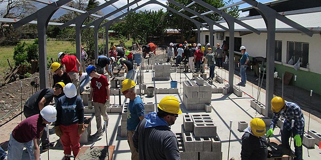 В конце марта 2019 года 106 волонтеров из 11 групп объединились в Коста-Рике, где они помогли построить классную комнату в детском саду, покрасить две церкви, обеспечить детские программы и провести интерактивную программу санитарного просвещения. [Фото: Maranatha Volunteers International]
