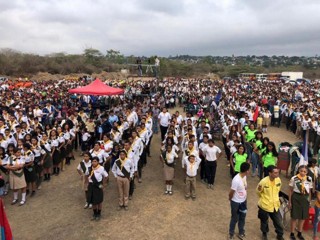 Следопыты в Западной Венесуэле строятся во время одного из мероприятий на территории лагеря, 14-20 апреля 2019 года, в парке Боске-Мачуто в Баркисимето, Венесуэла. В шестидневном мероприятии приняли участие более 6500 отдыхающих. [Фото: Орландо Рамирес]