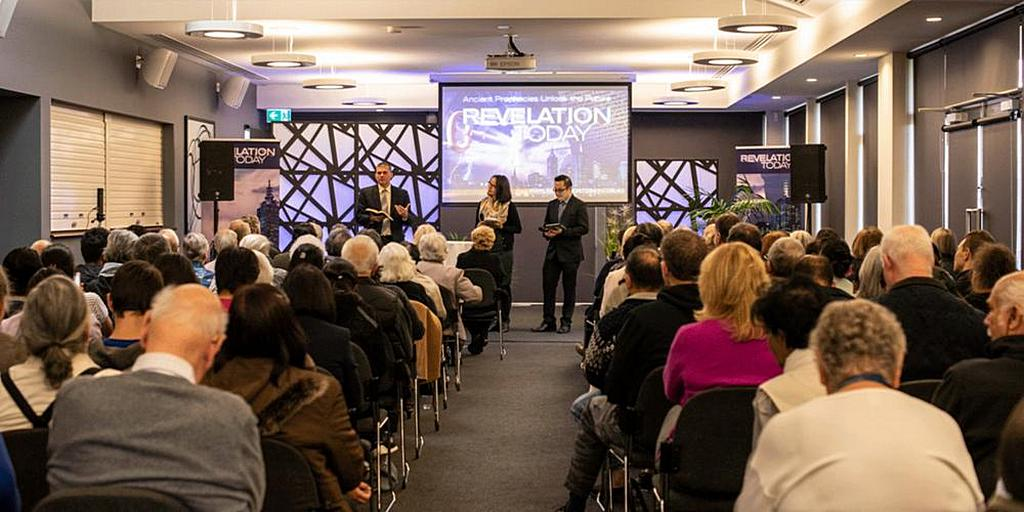 """Эрик Фликенжер из телевизионного служения «Так написано» выступает в одном из четырех мест в Мельбурне, Австралия, где встречи """"Откровение сегодня"""" проводятся одновременно и транслируются в Интернете. [Фото: Джилл Мэй]"""