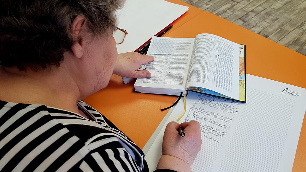 Жители Торецка присоединились к Всеукраинскому переписыванию Библии и смогли больше узнать о ней