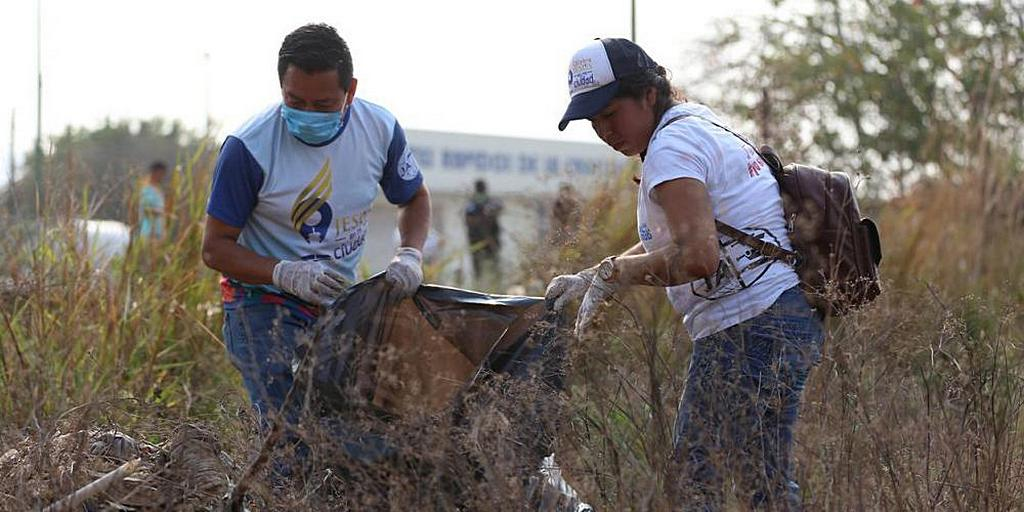 Молодые адвентисты седьмого дня убирают поля и заброшенные участки в городе Тустла-Гутьеррес, штат Чьяпас, Мексика, в рамках инициативы местного правительства «Давайте очистим Тустлу». [Фото: Мексиканская унионная конференция Чьяпас]