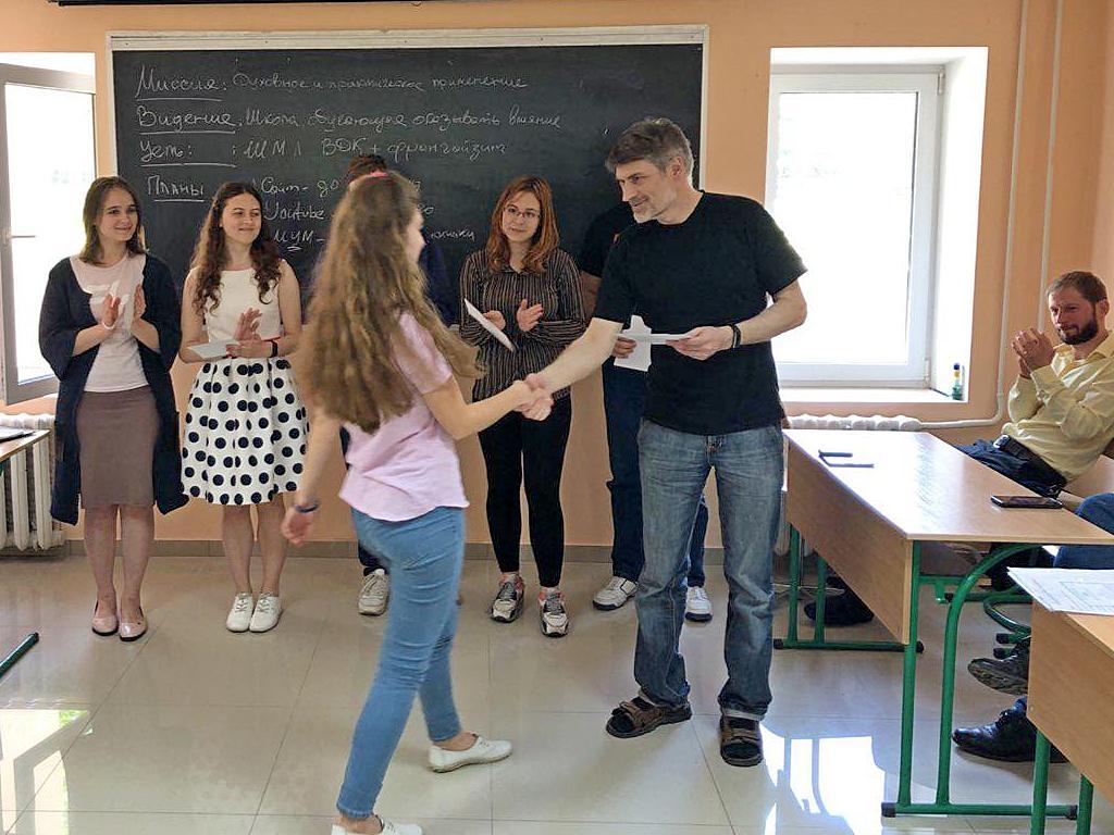 Феликс Понятовский вручает диплом