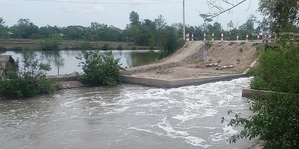 Многие плотины разрушены или затоплены, когда в начале мая 2019 года циклон «Фани» («фае-ни») обрушился на районы Индии и Бангладеш. Адвентистское Агентство по Развитию и Помощи оказывает помощь многим пострадавшим от урагана. [Фото: любезно предоставлено ADRA Бангладеш]