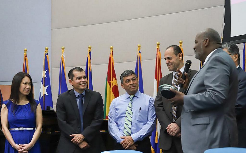 Президент Интерамериканского дивизиона (IAD) Эли Генри (справа) высоко оценивает работу Антулио Эспинозы (второй слева), создателя инициативы «Я хочу жить здоровым», которая более 10 лет реализовывалась в церквях и общинах по всей территории IAD. Жена Эспинозы, Марилу, стоит рядом со своим мужем и другими людьми, которые сыграли важную роль в продвижении и обучении людей в рамках программы, на презентации в Майами, Флорида, США, 20 апреля 2019 года. [Фото: Кейла Трехо / IAD]