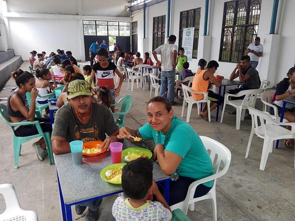 Венесуэльские мигранты наслаждаются горячей едой в церкви адвентистов Эль-Эдена в Эдене, Кукута, Колумбия, всего в нескольких милях от границы с Венесуэлой. С момента запуска проекта местной церковью в августе 2017 года были накормлены более 18 000 мигрантов. [Фото: Хулиан Агудело]