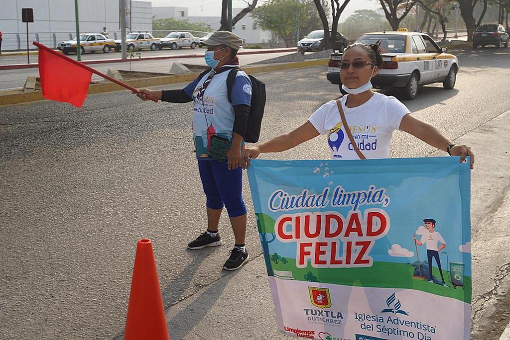 Один из адвентистов держит в руках плакат с надписью «Чистый город, счастливый город» в рамках пропаганды инициативы «Давайте очистим Тустлу», чтобы сохранить город в чистоте. [Фото: мексиканская унионная конференция Чьяпас]