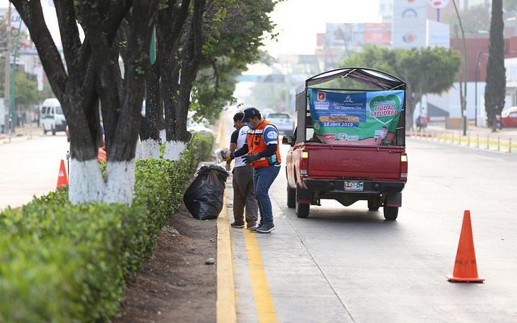 Адвентисты собирают мусор в Тустла-Гутьеррес во время инициативы «Давайте очистим Тустлу» 28 апреля 2019 года. [Фото: Мексиканская Конференция униона Чьяпас]