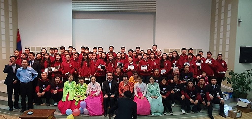 Фотография группы волонтеров и руководителей, которые вместе провели недавний евангелизационный сериал «Come, Follow Me — iFollow» в Улан-Баторе, Монголия. [Фото: Северный Азиатско-Тихоокеанский дивизион]